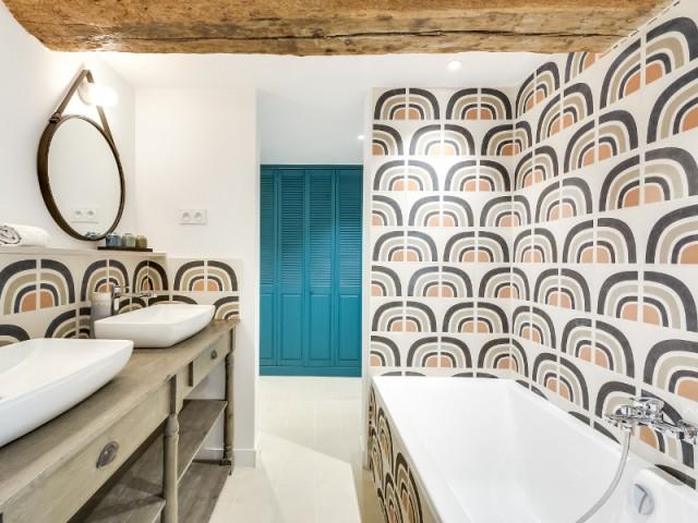 Une salle de bains motifs années 1970