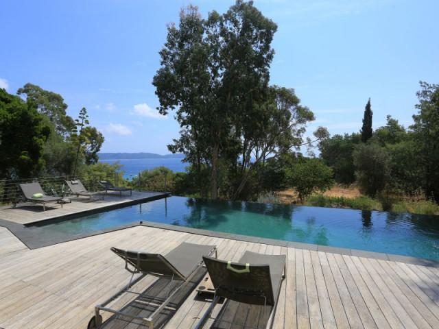 Une piscine graphique dans un décor méditerranéen