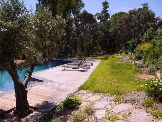Une piscine au pied de la maison familiale