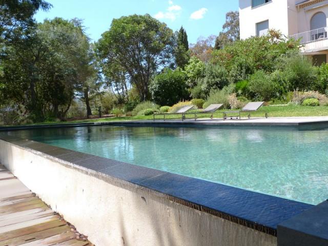Une piscine à débordement