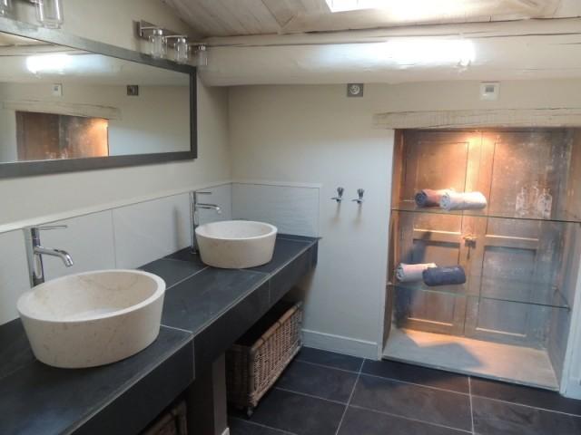 Une salle de bains où domine la pierre