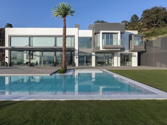 Une villa espagnole cubique et transparente for Architecture cubique