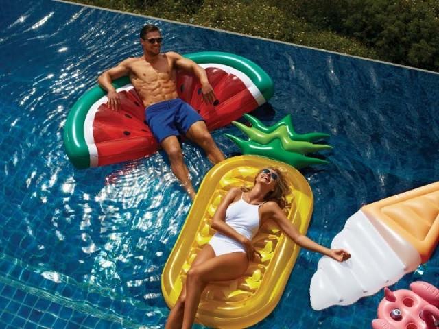 Des matelas gonflables fruités pour la piscine