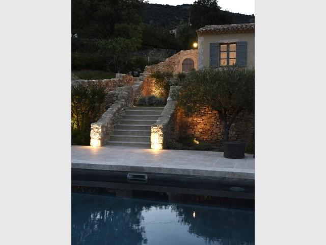 La petite terrasse donne accès à la piscine