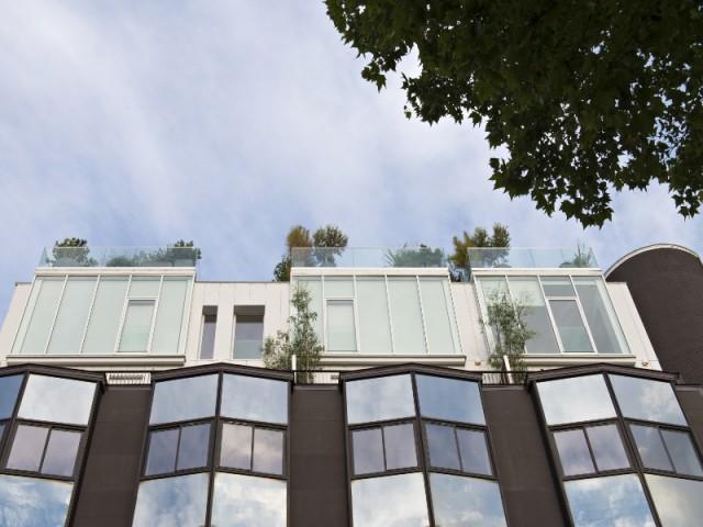 Quatre maisons construites sur un toit d'immeuble