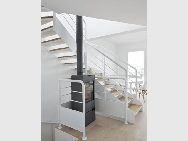 Un puits de lumière via l'escalier central