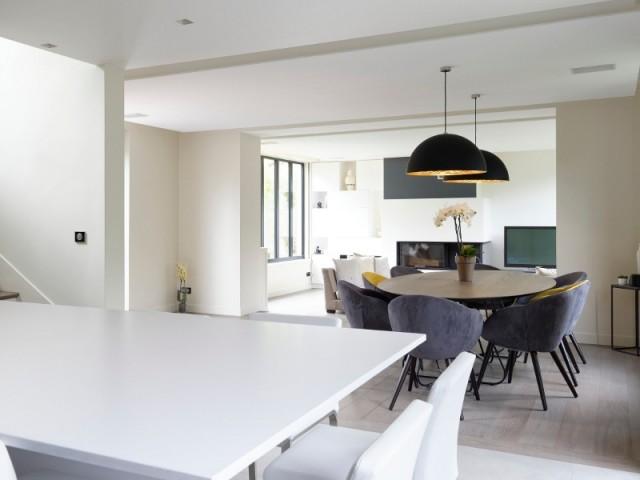 Une cuisine haut de gamme qui joue sur les contrastes for La cuisine dans le bain