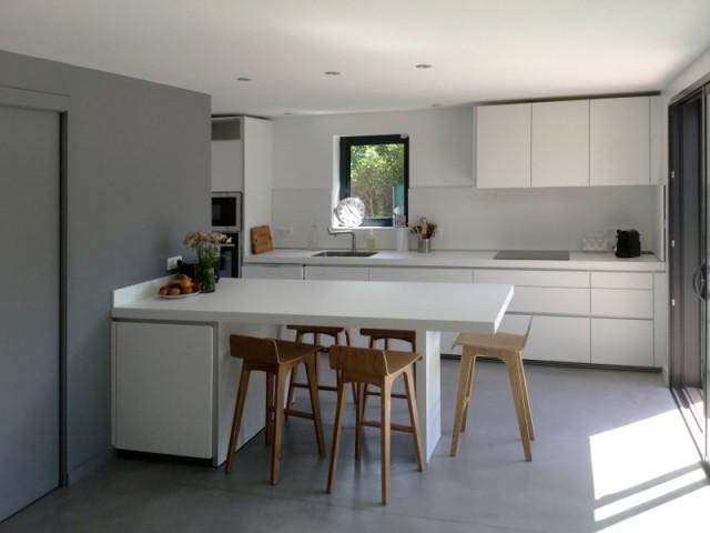 La cuisine blanche et son ceillier gris