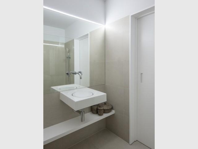 Un grand miroir pour une impression d'espace dans la salle de bains