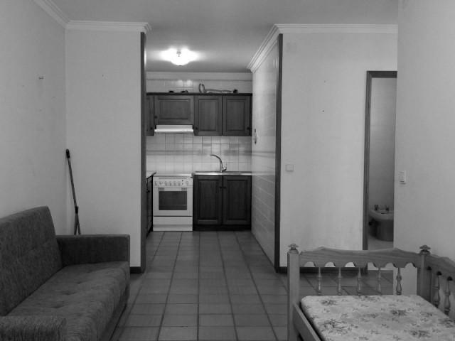 Une cuisine cloisonnée dans un appartement des années 80