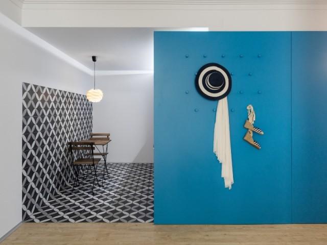 Une cuisine dissimulée derrière une cloison bleue