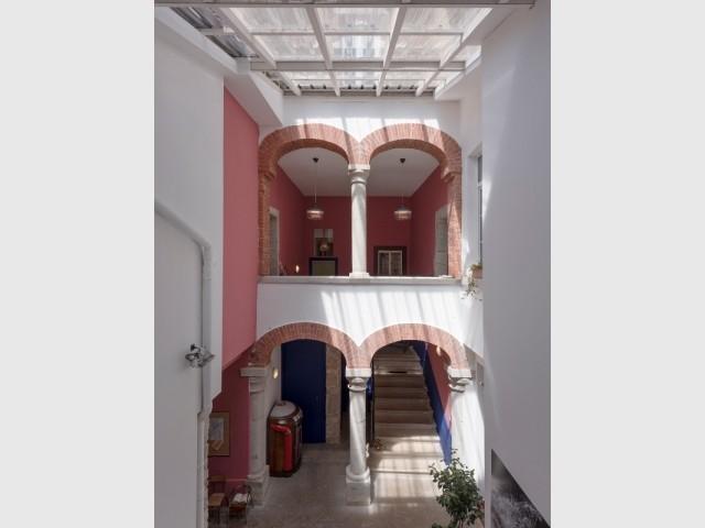Un patio central distribue les espaces de la maison d'Ambronay