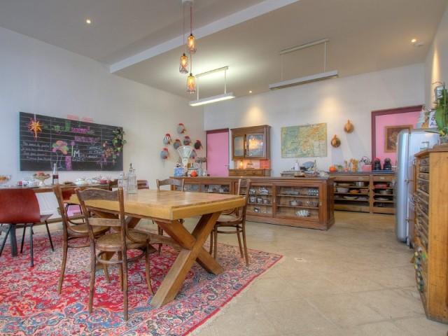 Une cuisine aux accents vintage dans la Maison d'Ambronay