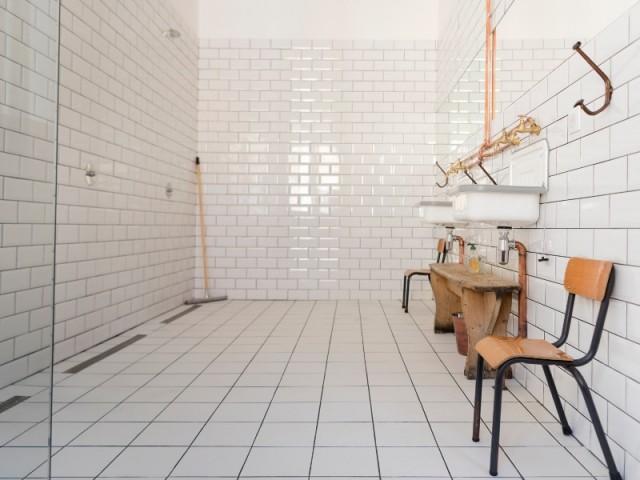 """La salle de bains de la chambre """"CE1 piscine"""" de la Maison d'Ambronay"""
