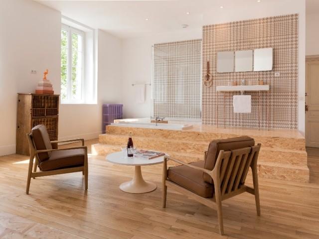 """Une baignoire encastrée dans une estrade en bois - La chambre """"CM1 estrade"""" de la Maison d'Ambronay"""