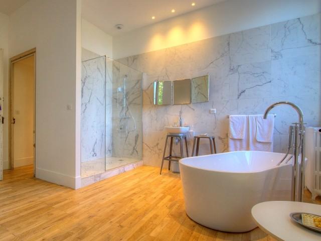 """Une salle de bains entre élégance et vintage - La chambre """"CM2 marbre"""" de la Maison d'Ambronay"""