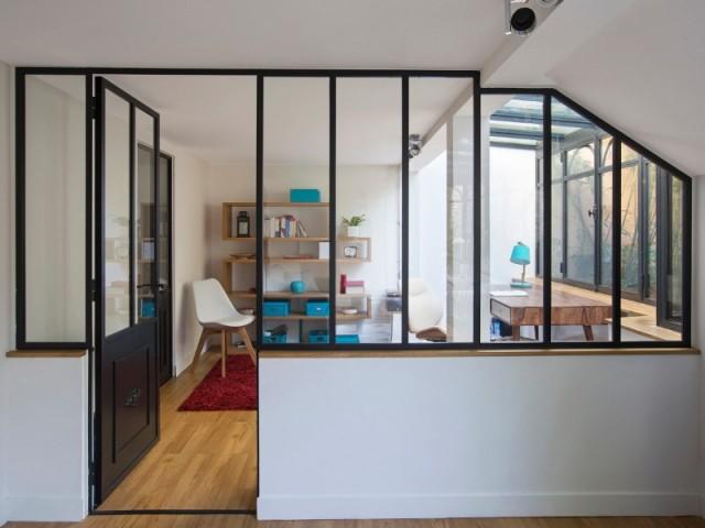 Une verrière d'intérieur pour créer un bureau