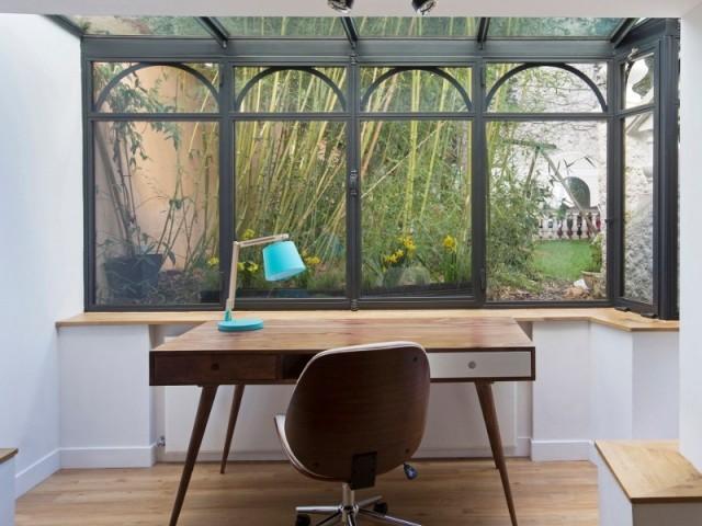 Un bureau ouvrant sur le jardin grâce à une grande verrière