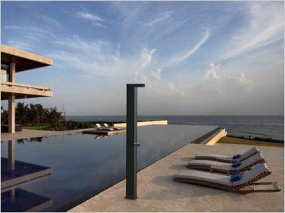 avant apr s une piscine traditionnelle transform e en. Black Bedroom Furniture Sets. Home Design Ideas