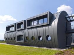 Un bâtiment en zinc-titane inspiré des oléoducs