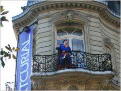 """Superman au balcon pour une vente aux enchères très """"mâle"""""""