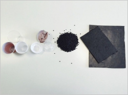 Un revêtement de sol en gobelets plastiques