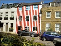 Une propriétaire repeint sa maison en rouge pour se venger