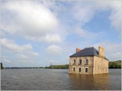 Une maison comme une épave échouée en plein milieu de la Loire