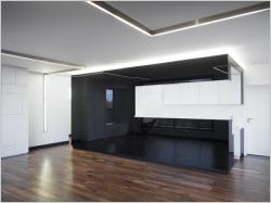 Un appartement noir et blanc minimaliste