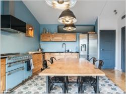 Une cuisine bleue au style industriel chic