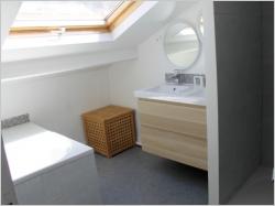 Aménager ses combles : une chambre très mansardée devient une salle de bains
