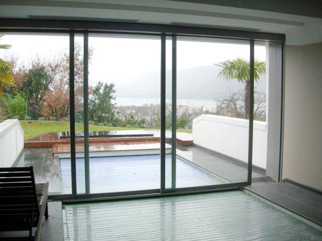 une baie vitr e automatique au dessus d 39 une piscine. Black Bedroom Furniture Sets. Home Design Ideas