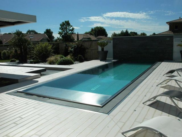 Une piscine familiale de forme angulaire en inox maisonapart for Construction piscine inox