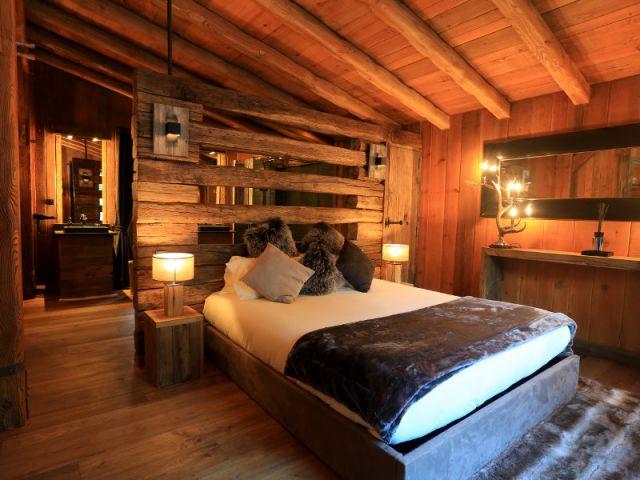une t te de lit ajour e pour s parer la salle de bains de la chambre maisonapart. Black Bedroom Furniture Sets. Home Design Ideas