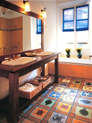 Une salle de bains avec des vasques ann es 30 encastr es for Liquidation meuble hotel