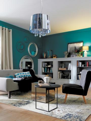 un salon clectique unifi par des murs bleu canard. Black Bedroom Furniture Sets. Home Design Ideas