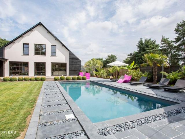 Plong e dans une piscine zen en bretagne for Piscine exterieur 93
