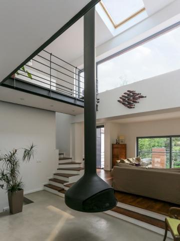 un vide sur s jour avec un po le bois en son centre maisonapart. Black Bedroom Furniture Sets. Home Design Ideas