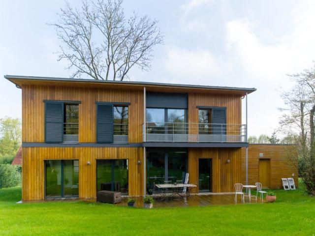 Une maison passive en bois bâtie à lorée de la forêt