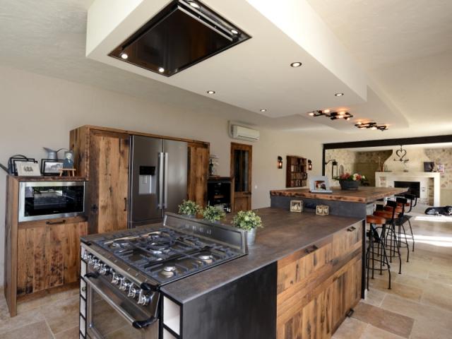 une cuisine industrielle se fait une place dans une maison proven ale. Black Bedroom Furniture Sets. Home Design Ideas