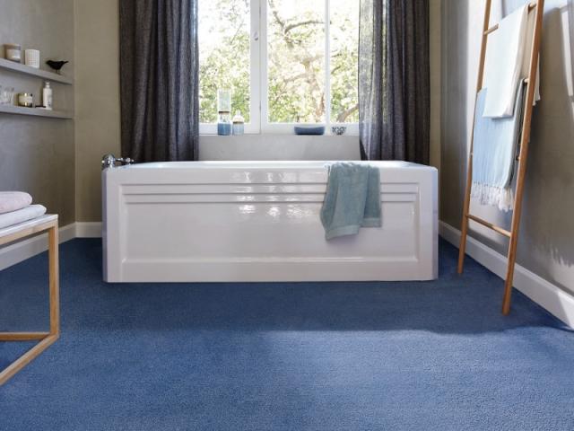 excellent une salle de bains recouverte de moquette with moquette pour salle de bain. Black Bedroom Furniture Sets. Home Design Ideas