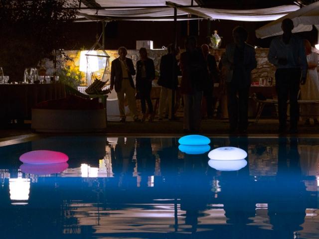 Une lampe flottante pour la piscine