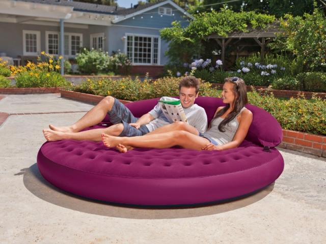 Un lit gonflable à partager