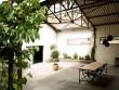Un grand patio semi-couvert, source de lumière naturelle pour tout le loft