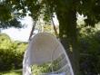 Un fauteuil suspendu pour un jardin tout en légèreté