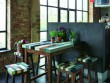 Une table montée sur des échasses pour une cuisine à l'Italienne