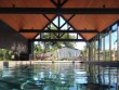 Un abri de piscine inspiré des hangars agricoles