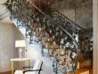 Un escalier en miroirs et argenté pour suggérer les reflets
