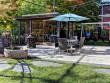 Une terrasse minérale avec vue sur la piscine en pierre