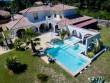 Une piscine et un spa qui viennent se lover dans une maison provençale